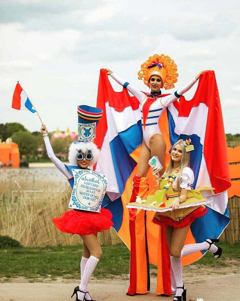 Stiltwalking Kingsday 2 - Booking by Pure Performance